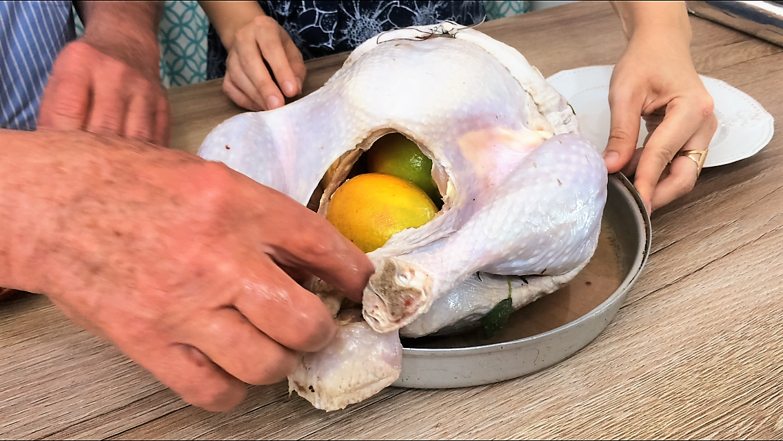 Coloque duas laranjas na cavidade do peru para manter mais suculento e aromatizado