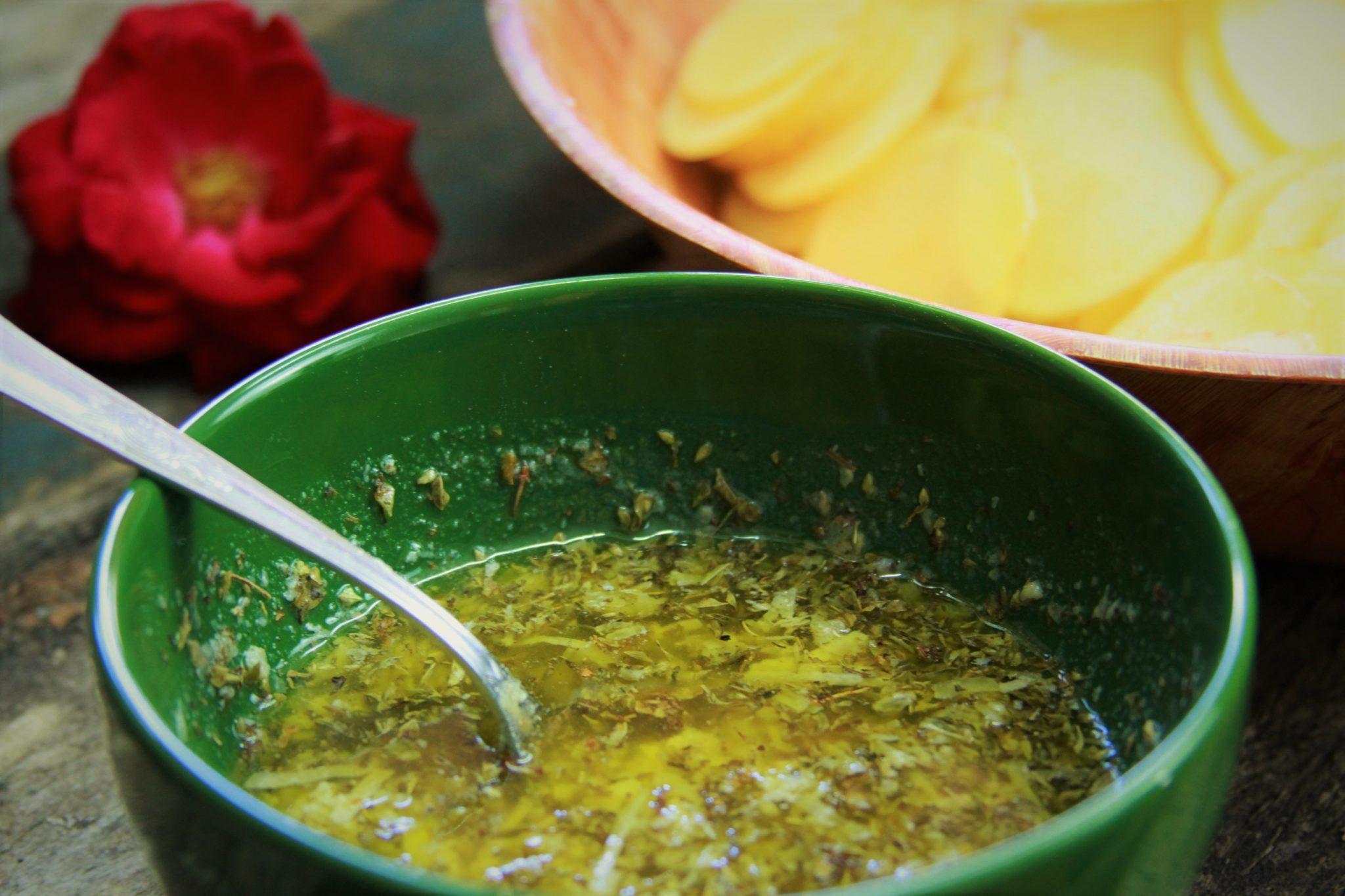 Manteiga derretida com orégano, alho e queijo ralado para mil folhas de batata