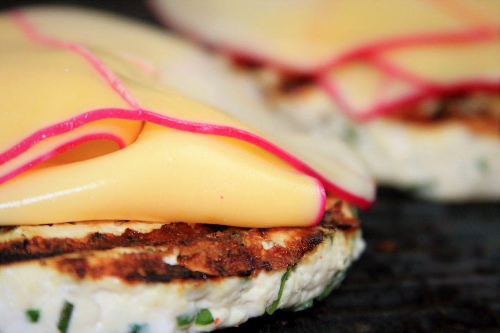hamburguer de frango grelhado com queijo Gouda - amor pela comida