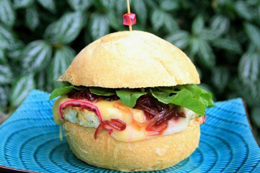 hamburguer de frango grelhado com queijo Gouda e cebola caramelizada - amor pela comida