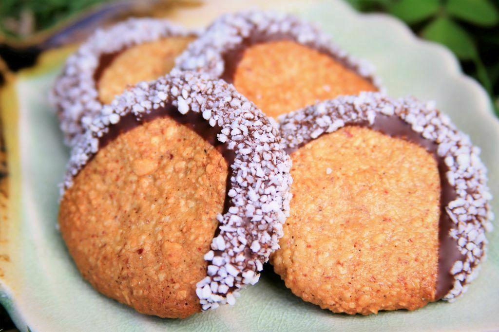 biscoitinho de coco e amendoim banhado levemente no chocolate - amor pela comida