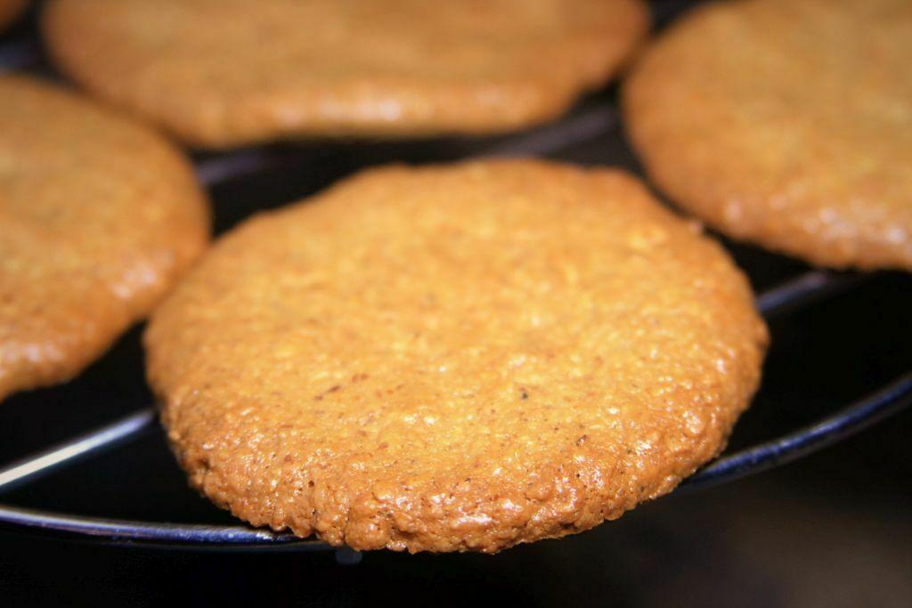 biscoito de coco e amendoim esfriando sobre grade - amor pela comida