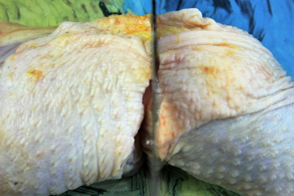 coxa e sobrecoxa de frango sendo cortada - amor pela comida