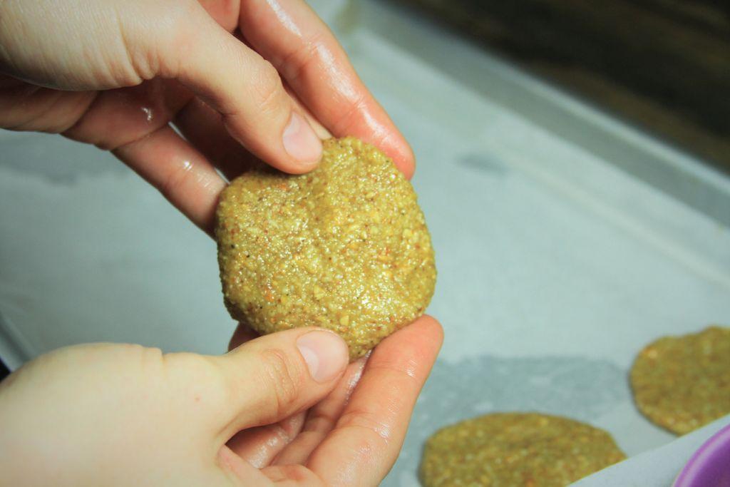 formatando biscoito de coco e amendoim - amor pela comida