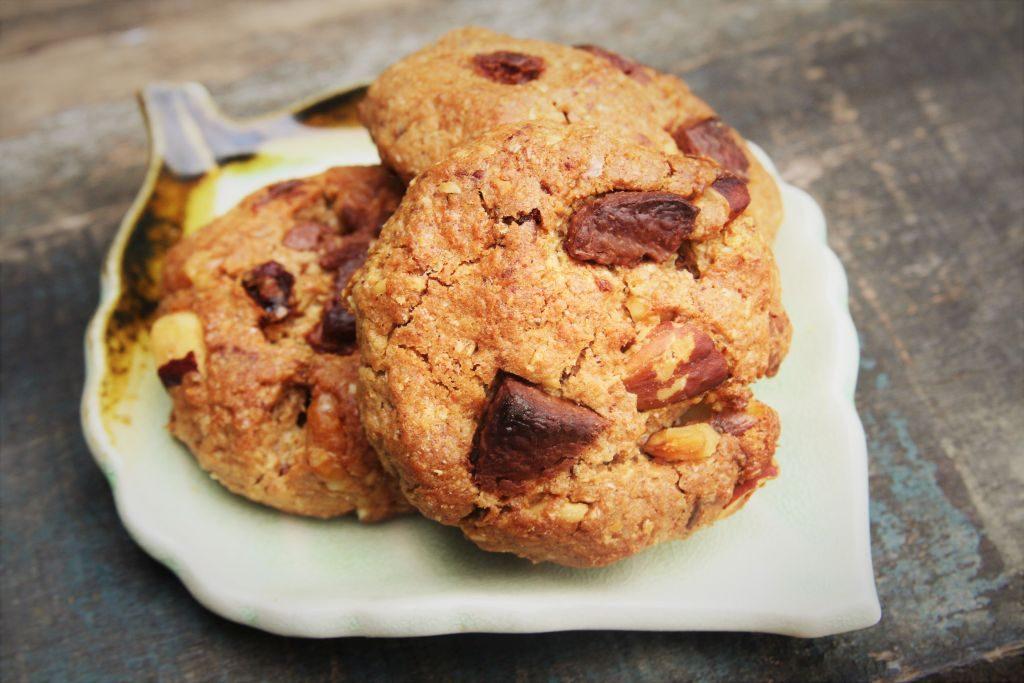 cookies de chocolate integral com passas, aveia, castanha e nozes - amor pela comida