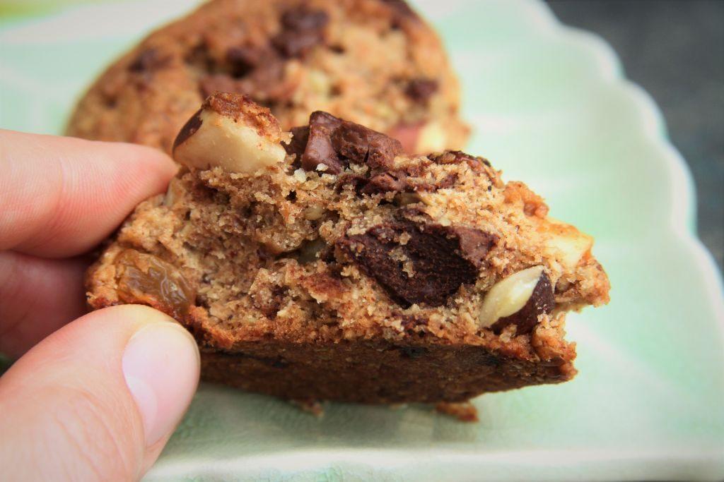 cookies de chocolate integral de aveia, passas, castanha e nozes - amor pela comida
