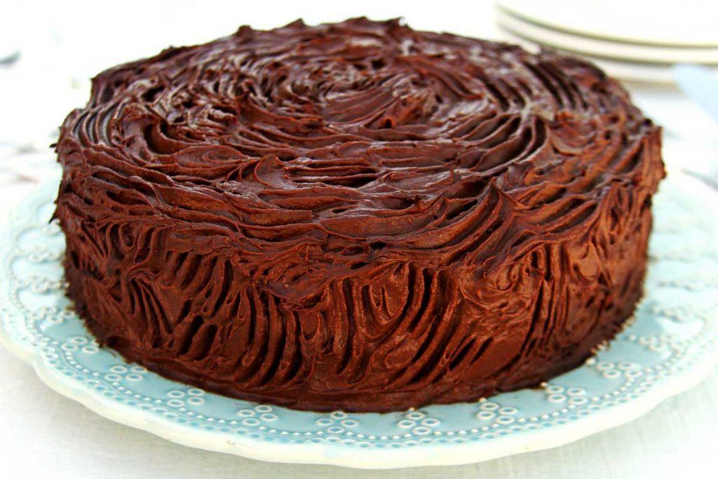 Bolo de aniversário saudável e nutritivo feito com massa de tangerina e com recheio e cobertura de musse de chocolate