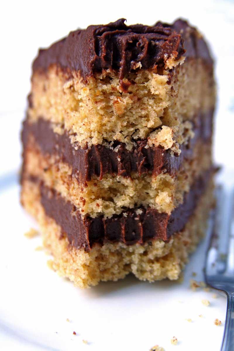 Receita de bolo de aniversário saudável, simples, nutritivo e com um delicioso musse de chocolate vegano no recheio e na cobertura!