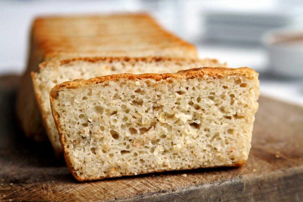 Pão de forma fatiado sobre tábua de madeira
