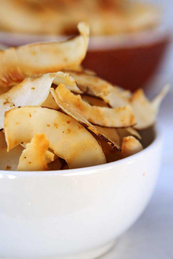 Chips de coco salgado super crocante, é uma receita fácil e com poucos ingredientes