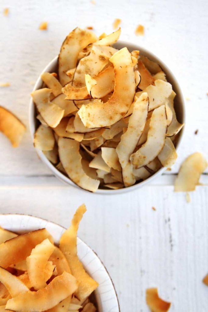 Receita Paleo Lowcarb de Chips de Coco muito crocante e nutritivo. Aprenda como preparar a versão doce e a versão salgada!