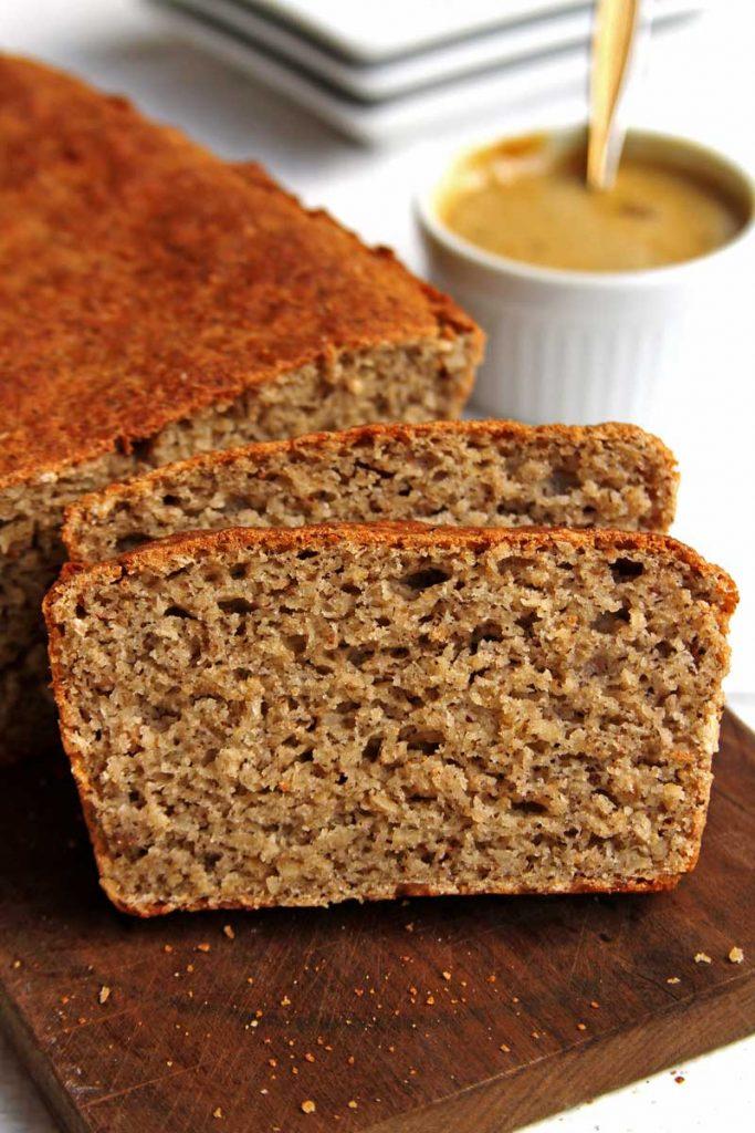 Pão vegano fácil e rápido com poucos ingredientes e que você só suja 1 bacia e 1 colher pra preparar a massa e demora menos de 15 minutos!