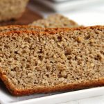 Pão vegano fácil e rápido que você demora menos de 15 minutos pra preparar a massa. Leva aveia, trigo sarraceno, amendoim e aratura e é macio na medida certa!