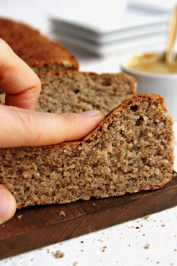 Pão vegano fácil e rápido com aveia, amendoim, trigo sarraceno e araruta. É sem glúten, sem leite, sem soja e sem ovo!