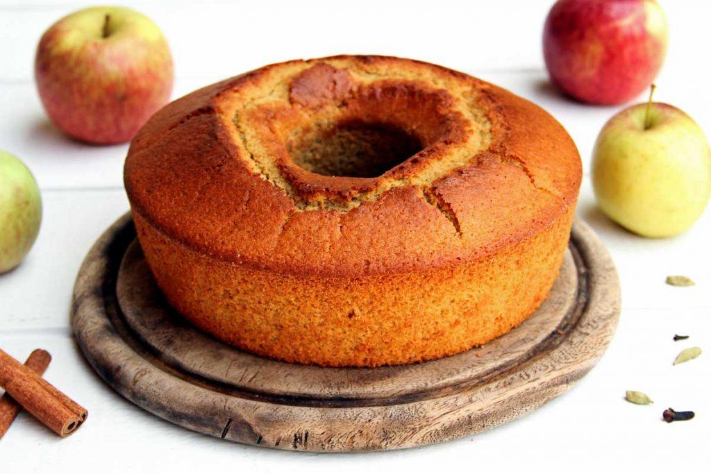Receita de Bolo de Maçã de liquidificador simples de preparar. Este bolo de maçã com canela e especiarias é sem glúten, sem lactose e super fofinho!