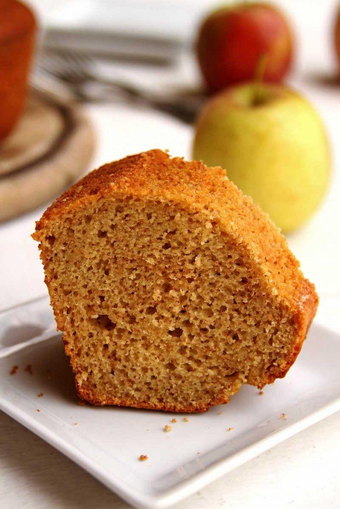 Receita de Bolo de Maçã simples de liquidificador. Bolo de maçã com canela e especiarias muito fofinho, sem glúten e sem lactose
