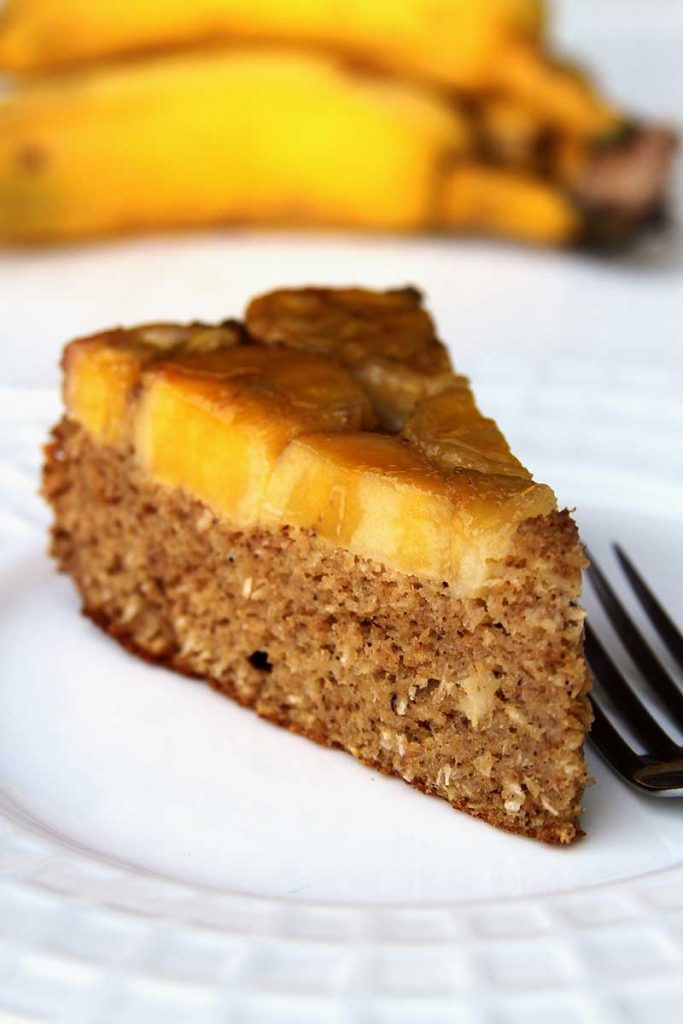 Receita de bolo de banana invertido simples feito no liquidificador com açúcar mascavo sem farinha. Receita sem glúten e sem lactose de bolo de banana fofinho!