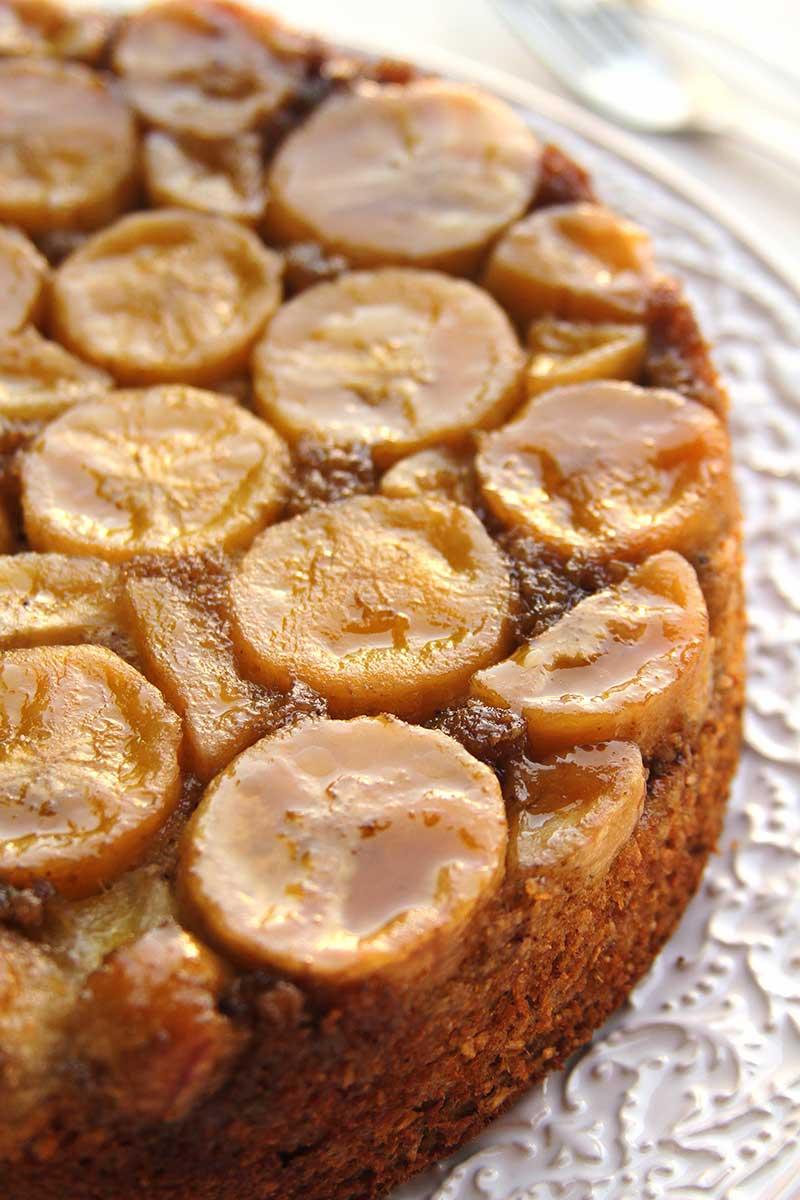 Receita de Bolo de Banana invertido com açúcar mascavo feito no liquidificador sem farinha, sem glúten, sem lactose que fica macio e saboroso