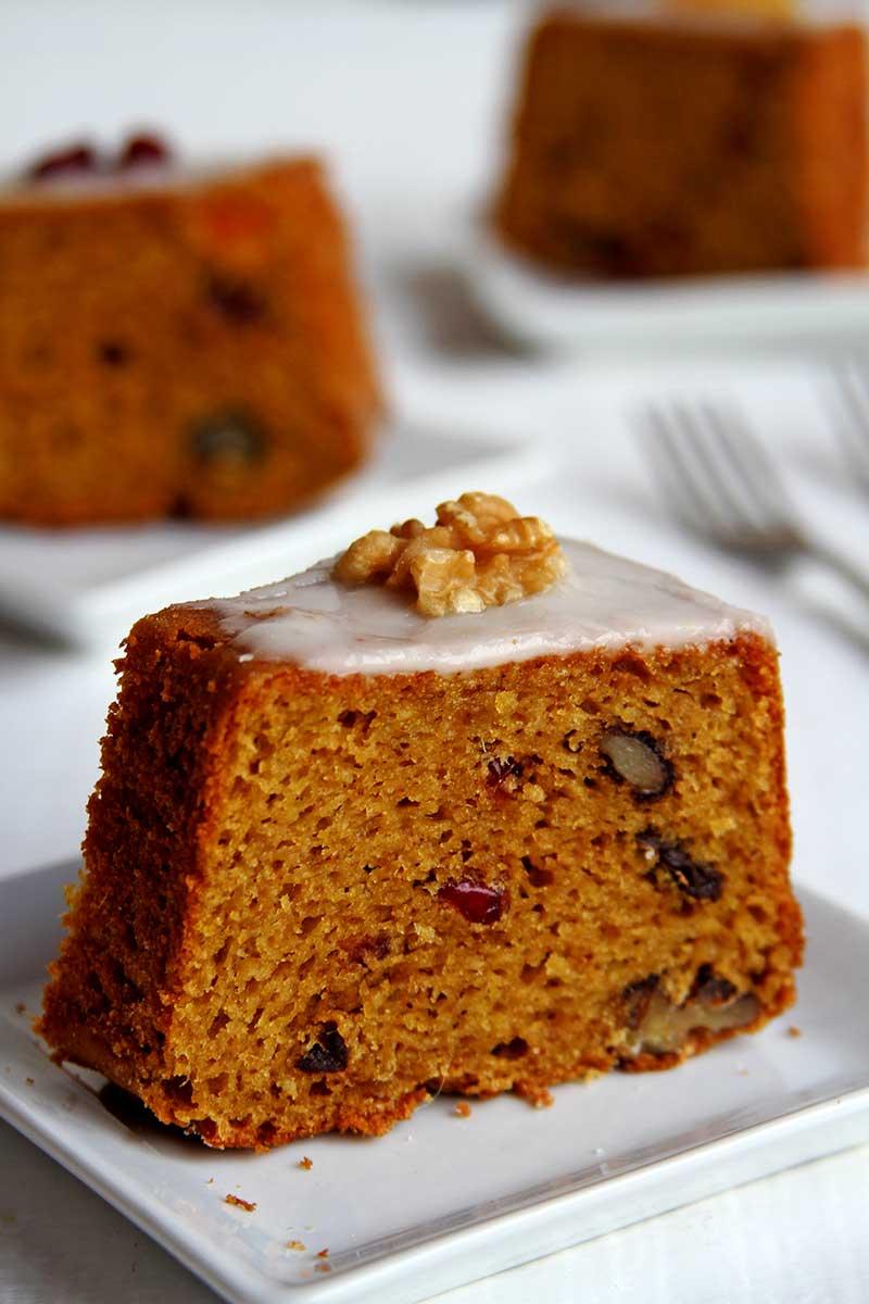 Receita de bolo de natal com frutas e nozes, é simples, feito no liquidificador e também é sem glúten e sem lactose!