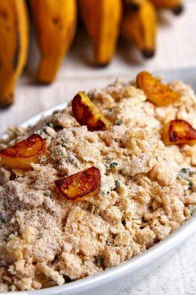 Receita de Farofa de Banana simples com apenas 5 ingredientes. É saborosa e uma opção deliciosa pra Ceia de Natal!