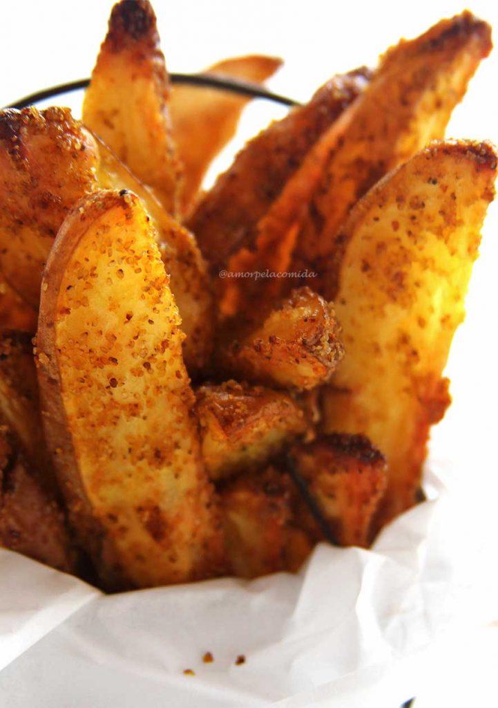 Receita de batata rústica com casquinha crocante por fora e macia por dentro, é assada no forno com flocos de Teff