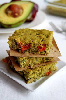 Receita salgada vegana de torta de legumes sem glúten feita no liquidificador!
