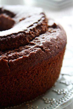 Bolo de Chocolate sem glúten e sem lactose muito proteico e nutritivo é feito com farinha de teff e quinoa! Tão simples e rápido que você não precisa nem de batedeira ou liquidificador pra fazer a massa!