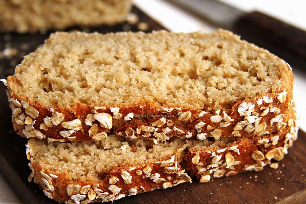 Duas fatias de pão de aveia sobre tábua de madeira marrom