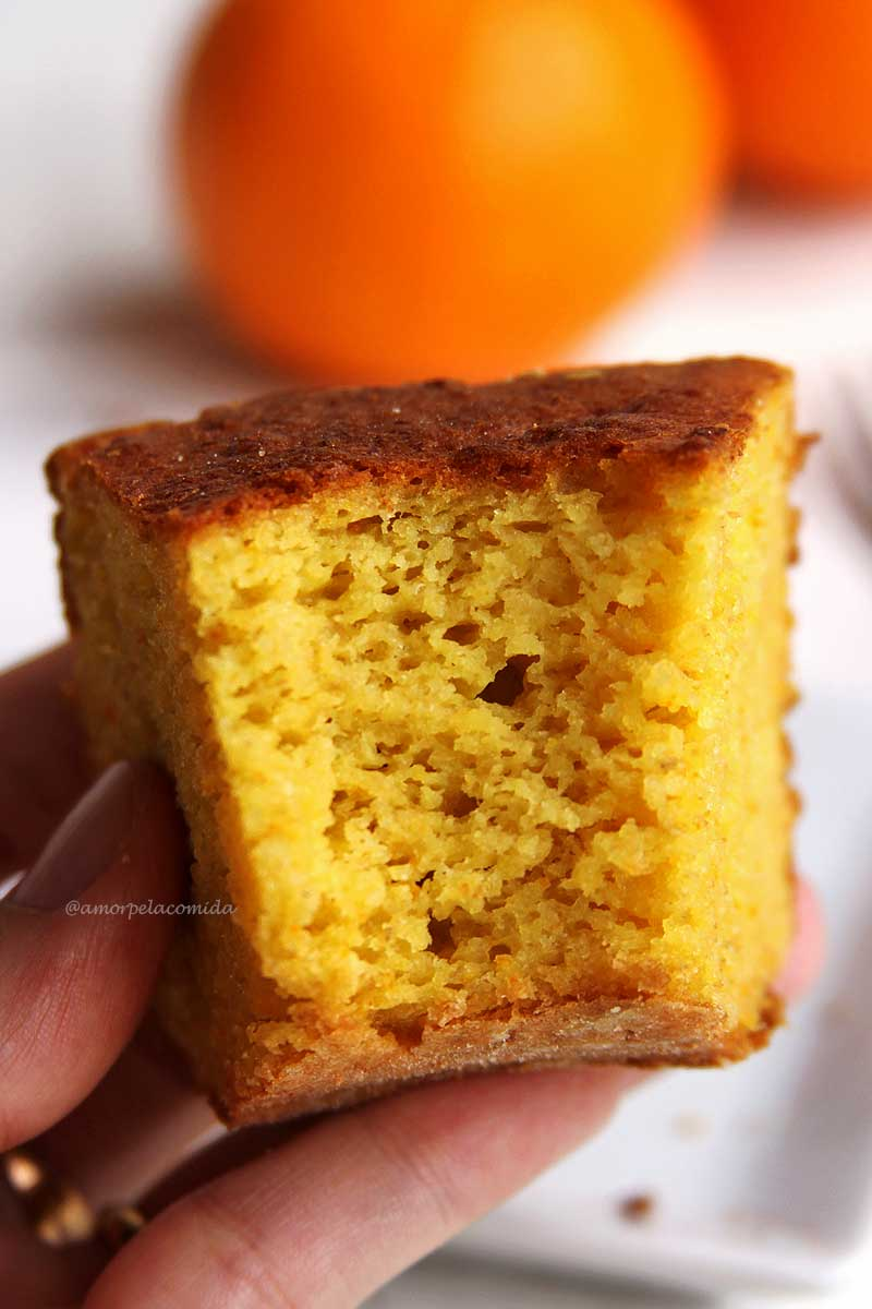 pedaço mordido de bolo de laranja com casca