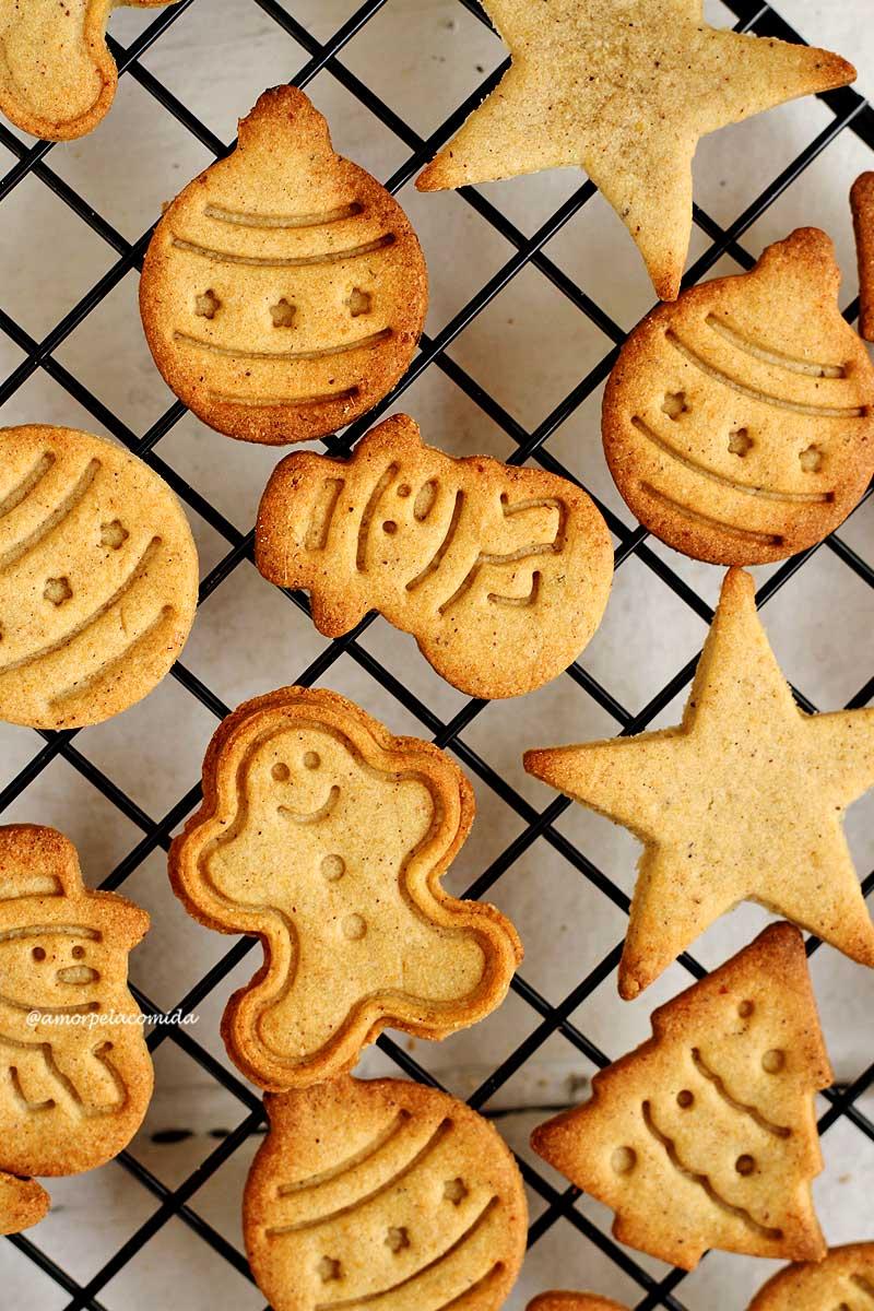 Receita de biscoito de natal de gengibre (gingerbread) sem glúten, sem lactose, sem ovo que fica crocante e é simples de preparar!
