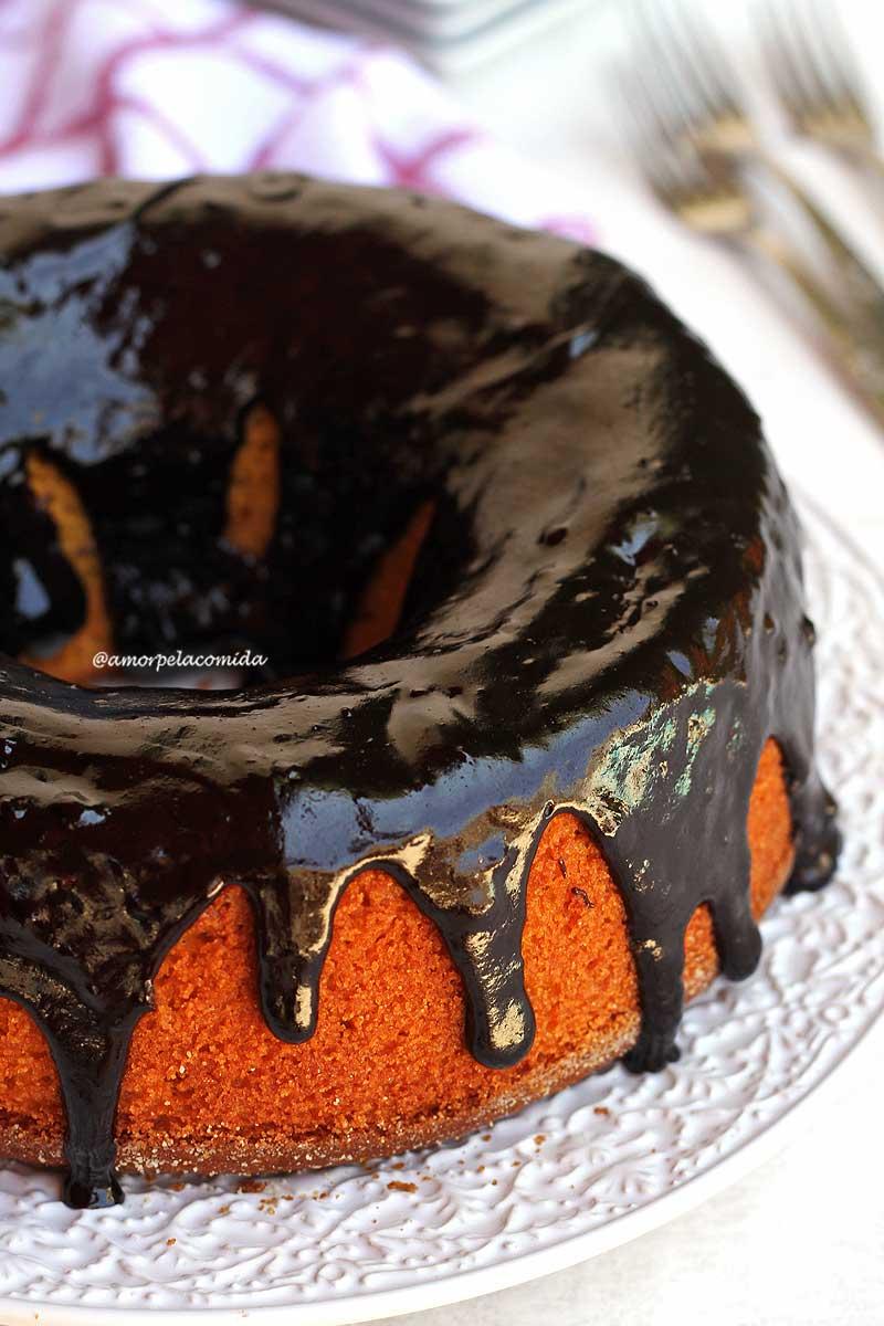 Bolo de cenoura com cobertura de chocolate sobre prato branco