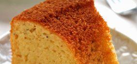 Fatia de bolo de aipim sobre prato redondo branco