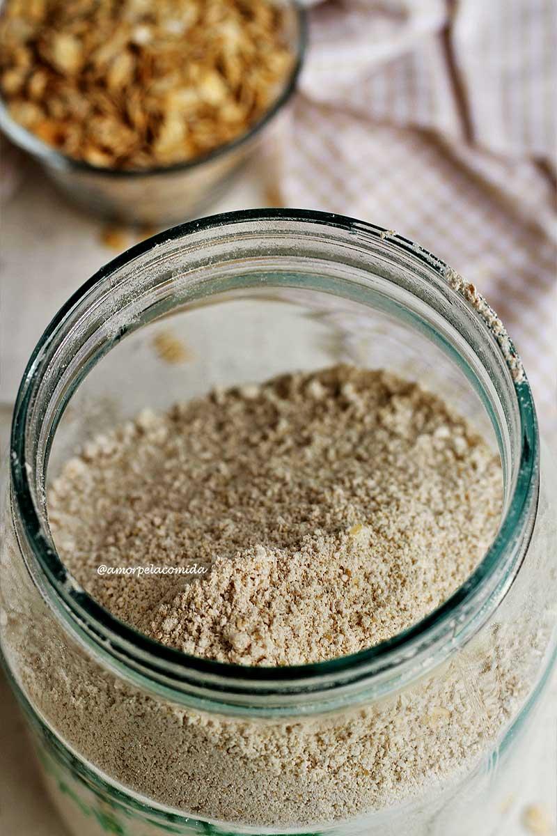 Vidro com farinha de aveia sobre mesa branca