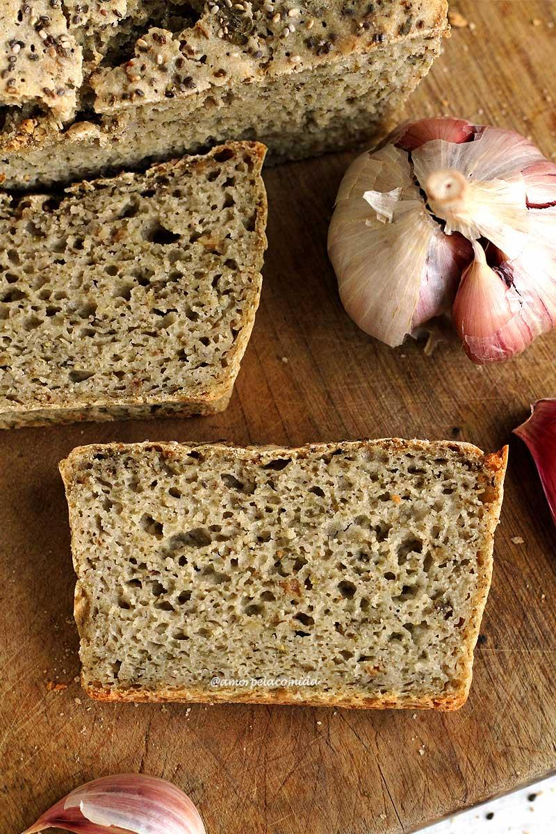 Duas fatias de pão de alho sobre tábua de madeira
