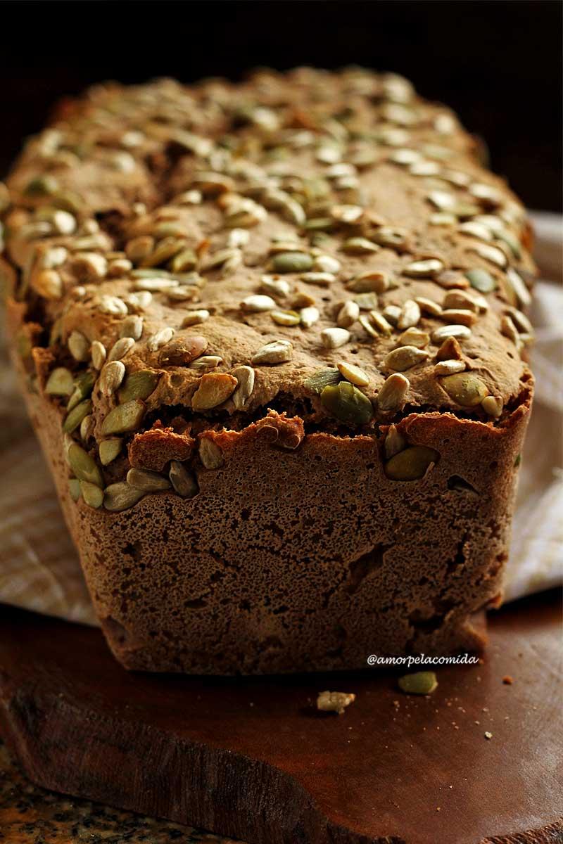 Pão integral com sementes sobre tábua de madeira