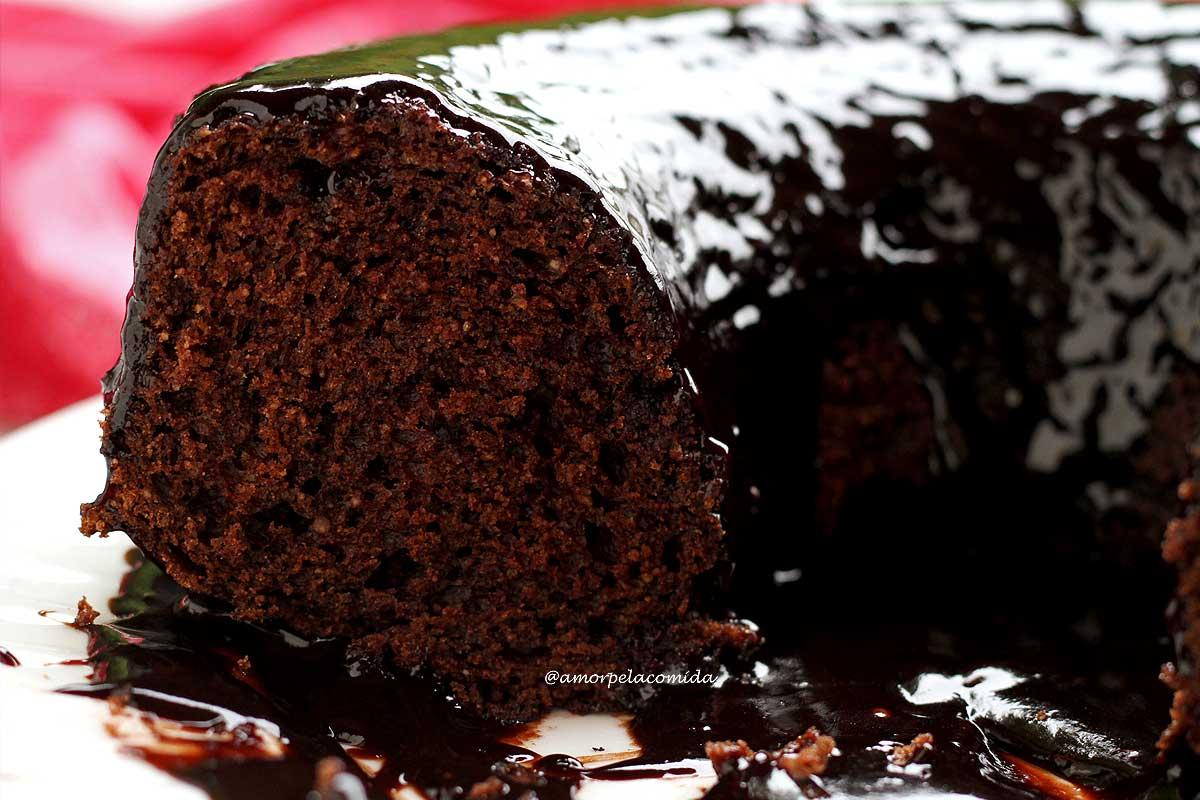 Bolo de chocolate com cobertura de chocolate partido sobre prato branco