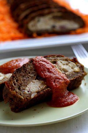 Duas fatias de rocambole de lentilha sobrepostas em um prato cobertas com molho barbecue de manga