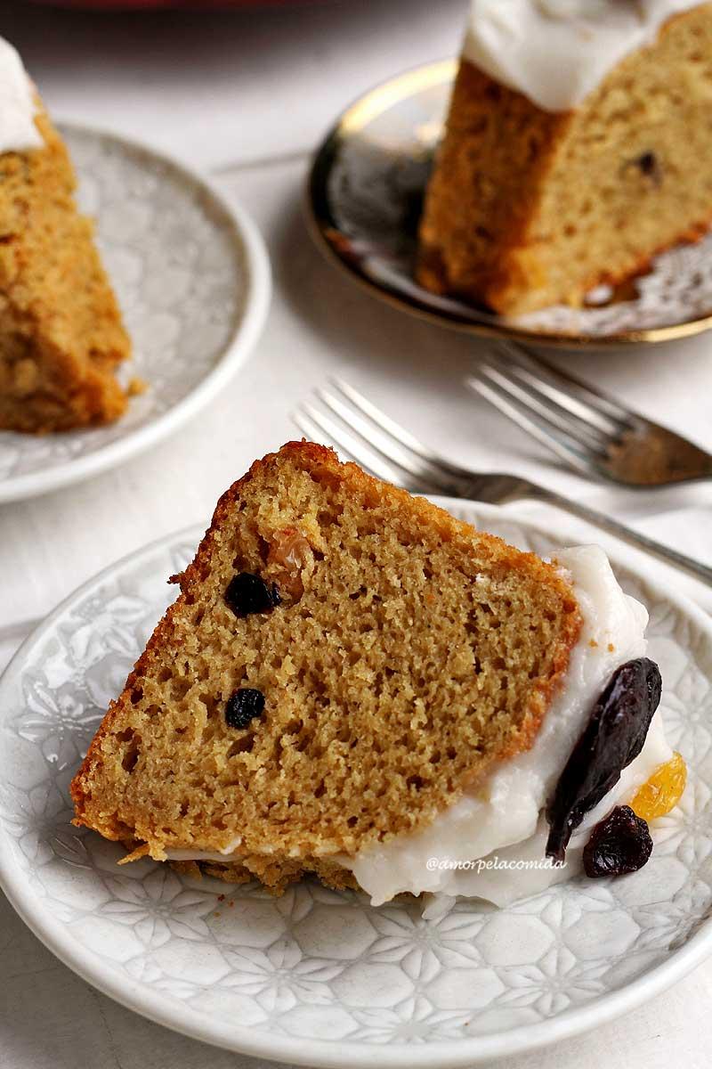 Três pratos com pedaços de bolotone, o pedaço principal que está em evidência está deitado sobre um prato redondo branco com garfos ao lado