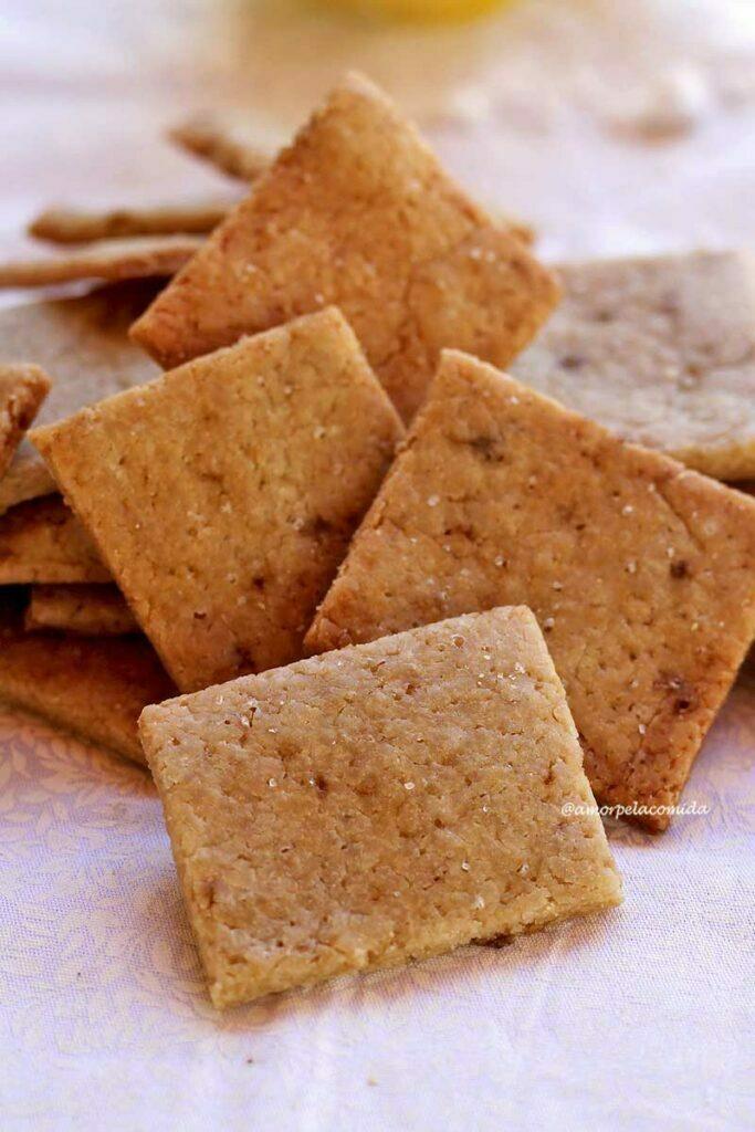 Vários biscoitos quadrados fininhos e crocantes amontoados