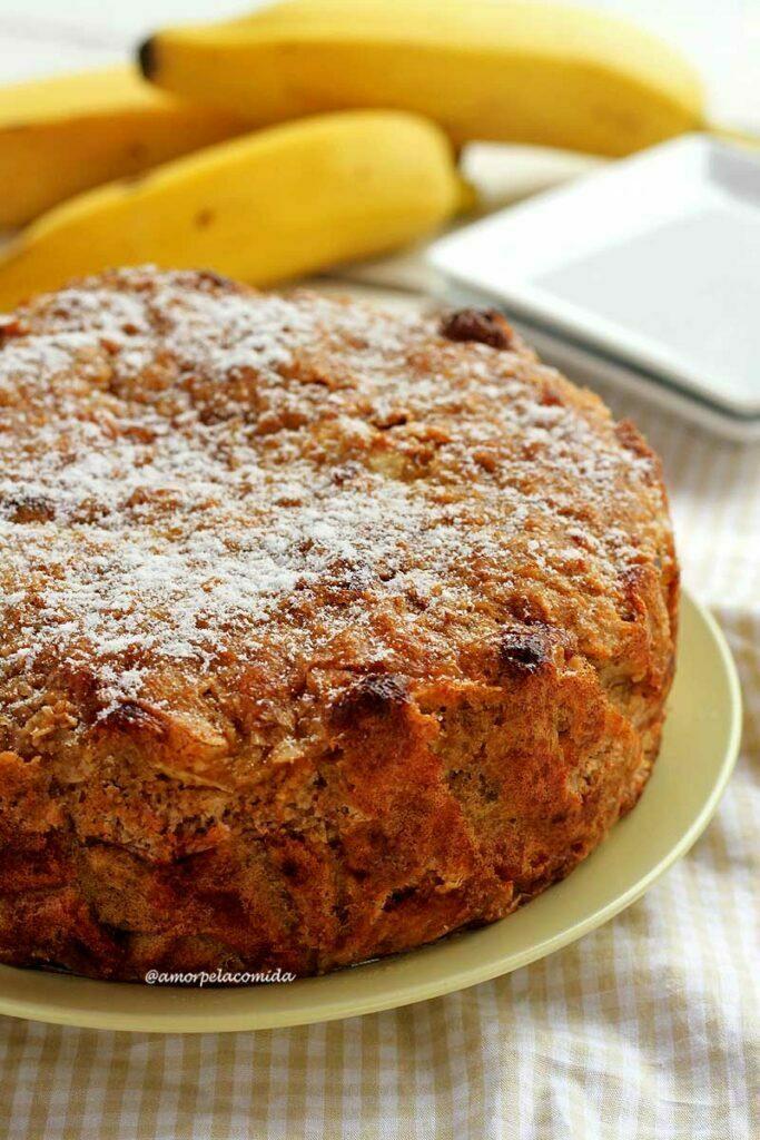 Torta rústica de banana com cobertura de flocos de aveia e açúcar de confeiteiro